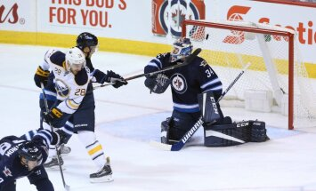 Winnipeg Jets goalkeeper Michael Hutchinson vs Sabres Zemgus Girgensons
