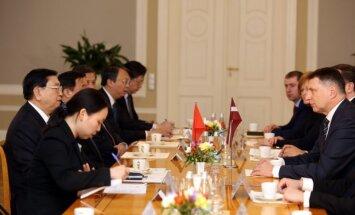 Foto: Latvijas amatpersonas sumina Ķīnas parlamenta spīkeru Dedzjanu