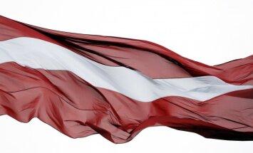 Vēršas Drošības policijā par oktobra beigās sabojāto valsts karogu uz AB dambja