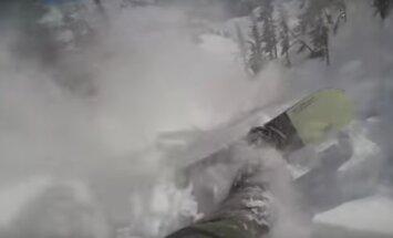 Video: Snovbordists iekļūst lavīnā un izglābjas