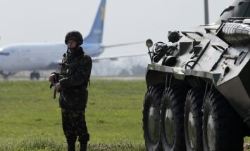 Ukrainas karavīri atsituši bruņotu uzbrukumu ieroču noliktavai