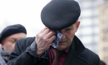 Tūkstošiem cilvēku Maskavā atvadās no noslepkavotā Borisa Ņemcova