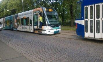 ФОТО: На бульваре Кронвальда в пробке стоят шесть трамваев