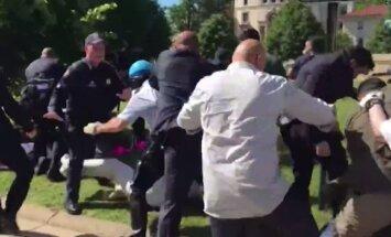Video: Erdogana apsardze Vašingtonā spārda protestētājus
