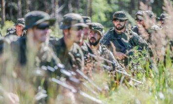 Foto: Spānijas karavīri maršē līdz Baltijas jūras līča piekrastei Carnikavas novadā