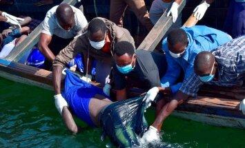Foto: Glābēji-nirēji meklē Tanzānijas prāmja katastrofā izdzīvojušos