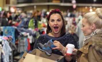 ФОТО: толпы покупателей штурмом взяли распродажу детских вещей
