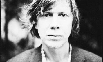 Rīgā koncertēs kulta grupas 'Sonic Youth' līderis Tērstons Mūrs