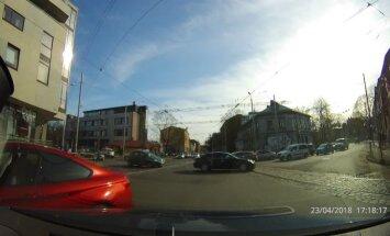 Video: 'BMW' autovadītāji brauc ar saviem noteikumiem
