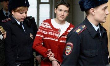 Ukraiņu lidotāja Savčenko piekritusi ieēst buljonu; pilnībā no badastreika neatsakās