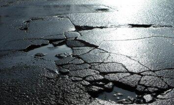 Kijevā nogruvusi tilta mala; cietušo nav