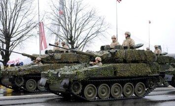 Armijas jaunajām bruņumašīnām munīciju ražos Latvijā; pirks helikopterus