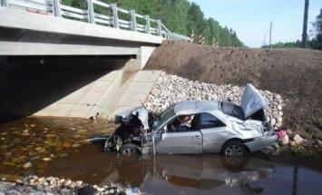 Foto: Rucavas novadā 'Mercedes' ietriecas tilta margās un iekrīt upē