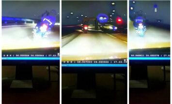 Video: Rīgā asinsstindzinoša policijas pakaļdzīšanās motociklistam ar pasažieri