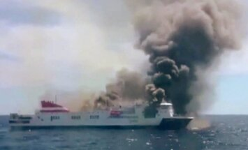 Pie Maljorkas deg pasažieru prāmis; cilvēki evakuēti