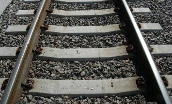 Pļaviņās kravas vilciens nāvējoši notriec sievieti
