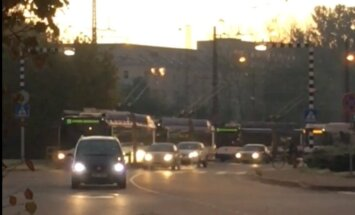 Video: Lubānas ielā aukstajā rītā dzirksteļojošie vadi bremzē trolejbusus