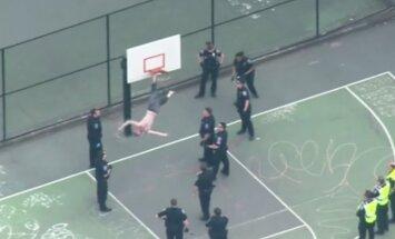 Video: ASV vīrietis ar āmuru rokās iesprūst basketbola grozā