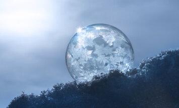Neparasti foto: Kā sals pārvērš ziepju burbuļus mirdzošās 'kristāla bumbās'