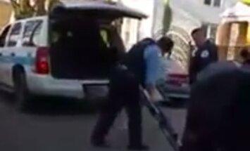 Video: Čikāgas policists nevar savā auto iestūķēt basketbola grozu un to sašķaida