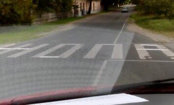 Video: Razbainieki izķengā gājēju pāreju Rīgā