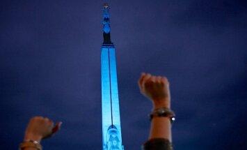 Baltijas ceļa jubilejas koncerts pie Brīvības pieminekļa pulcē vairākus tūkstošus skatītāju