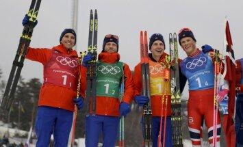 Norvēģija triumfē arī olimpiskajā distanču slēpošanas stafetē vīriešiem