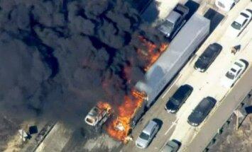 Krūmāju ugunsgrēks bloķē šoseju Kalifornijā; cilvēki glābj dzīvības, pametot auto