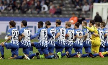 'Hertha' futbolisti nometas uz ceļa, vēršoties pret rasismu Vācijā un ASV