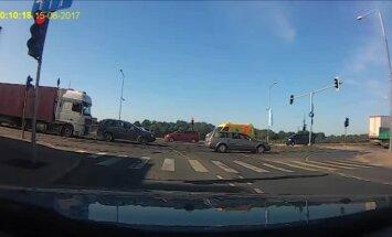 Video: Kravas auto Rīgā uztriecas 'Volvo', kas dod ceļu ātrajiem