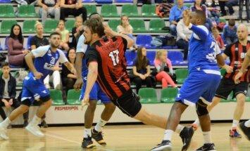 'Tenax' handbolisti līderu duelī uzvar 'Celtnieku' un turpina sezonu bez zaudējumiem