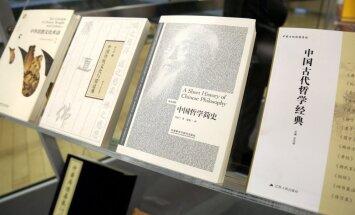 Foto: Ķīnas parlamenta spīkers LNB dāvina grāmatas