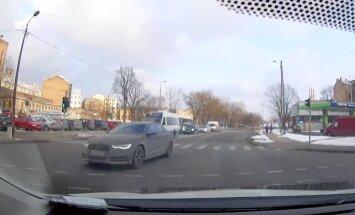 Video: Steidzīgs šoferis ignorē noteikumus jeb Rīgā lido 'Audi'