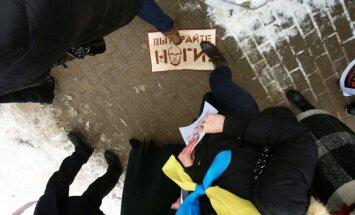 TV3 operatora aizturēšana ir vārda brīvības ierobežošana, dusmīga žurnālistu asociācija