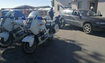Aculiecinieka foto: Daugavpilī policisti sirmgalvei palīdz salabot auto