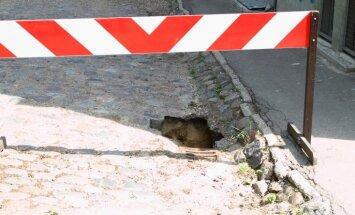 Slēgs satiksmi Lāčplēša ielā un citviet Rīgā