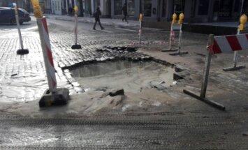 Rīgā, Tērbatas ielā plīsis ūdensvads; slēgta satiksme