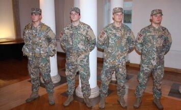 Foto: Unikāls un patentēts – Latvijas karavīriem jauns formastērpa raksts 'MultiLATPAT'