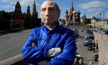 Ukrainā patvērumu lūdzis aktīvists, kurš protestos piedalījies Putina maskā