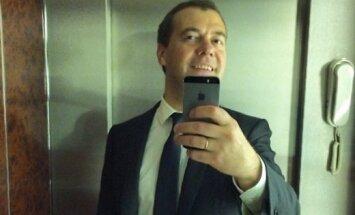 Medvedevs valdības ēkā uzņem savu pirmo selfiju