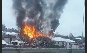 ВИДЕО: В Огре пламя охватило дом и гараж