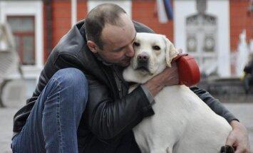 Lūdz palīdzību audzēja nomocītam suņukam, kurš pieder neredzīgam cilvēkam