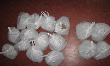 Rīgas mikrorajonos atsavina 209 iepakojumus iespējamo narkotiku