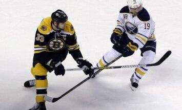 'Bruins' zaudē pēcspēles metienos, taču nodrošina vietu 'play off'