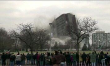 Video: ASV uzspridzina vecu koledžas ēku