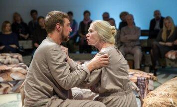 Foto: Blaumaņa 'Pazudušais dēls' jaunā versijā Valmieras teātrī