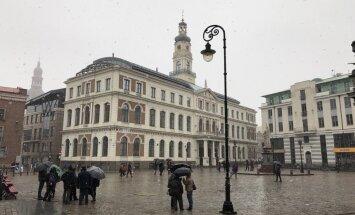 Rīgas gidi zibakcijā protestē pret absurdām kvalifikācijas atjaunošanas prasībām
