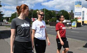 Foto: Latvijas basketbolistes pēc treniņa dodas pastaigā pa Prāgu