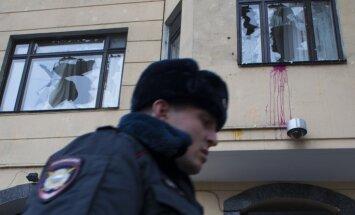 Foto: Maskavā šķind Turcijas vēstniecības logu rūtis
