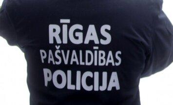 Pašvaldības policija pērn no ģimenēm šķīrusi 59 bērnus